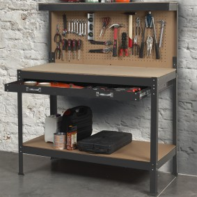 Établi d'atelier avec panneau porte outils et tiroir