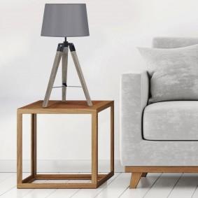 Lampe à poser grise sur trepied en bois